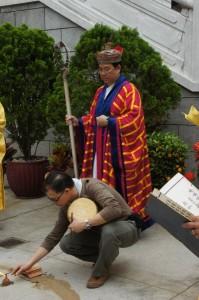 法師為四川雅安地震罹難者進行破獄科儀