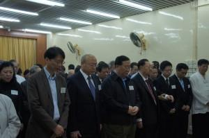 香港道教界各壇堂道侶,中聯辦協調部及香港政府官員等為四川雅安地震罹難者進行默哀儀式