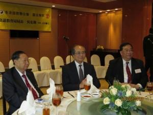 (左) 湯偉奇會長 (中) 吳克儉博士 (右) 梁德華主席