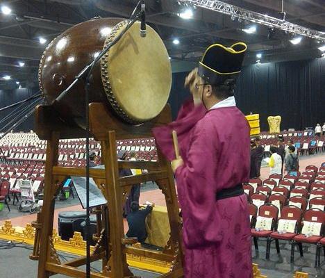 祭祖儀式中,香港道樂團團員負責鳴鐘和撃鼓。