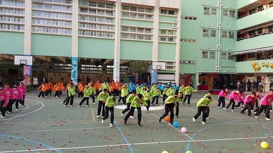 學生集體舞蹈歡迎來賓
