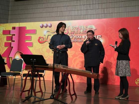 團長劉紅博士(左)和總監黃錦昌先生(中)為來賓介紹演出曲目