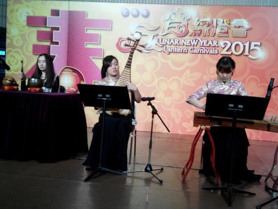 樂團成員示範一曲全真道堂科儀音樂