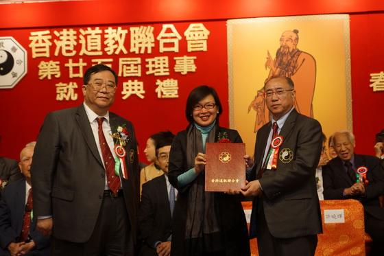 梁德華主席陪同許曉暉副局長頒發委明任證書給洪少陵副主席