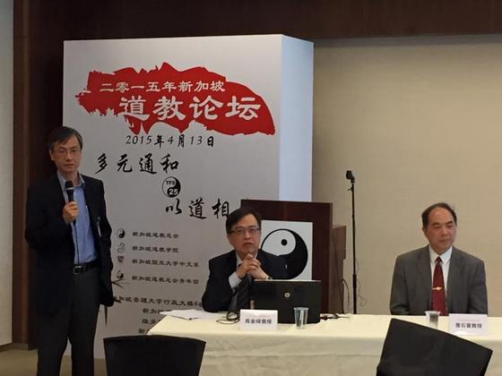 香港中文大學道教文化研究中心主任黎志添教授 (左)