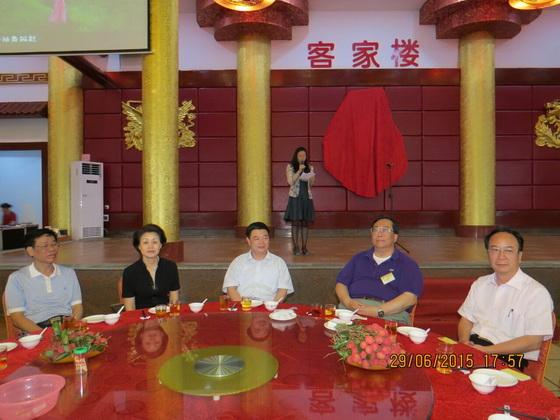 左二起寥勋副部长、陈小山局长、梁德华道长