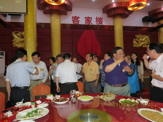 粤港道教人士品荔联谊晚宴互相祝酒