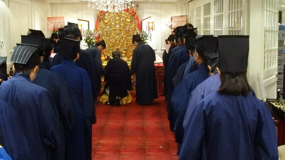 劉大飛主持帶領眾天師弟子在天師壇前進行朝賀儀式