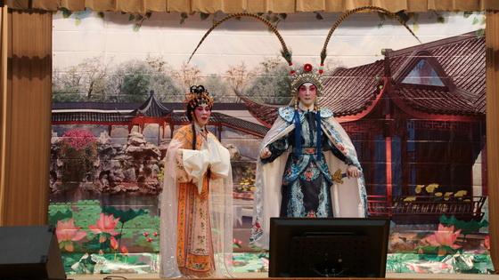 錦艷棠粵劇團表演粵劇折子戲:《獅吼記》、《無情寶劍有情天》