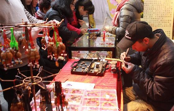 參與廟會的餅印製作技藝展示攤位